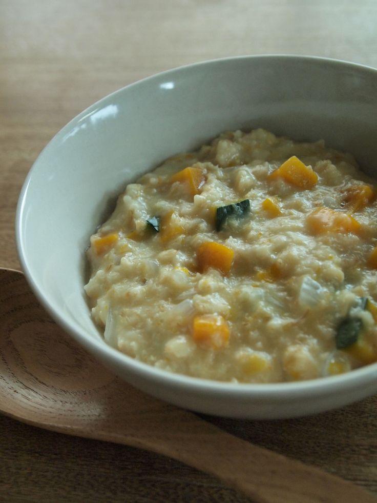 かぼちゃとたまねぎのオートミールポリッジ   2011.5.10話題入り感謝❤野菜が甘~い♡オートミールのお粥です。  朝ごはんやおやつ、離乳食にもどうぞ♪ 材料 (1~2人分) たまねぎ 1/4カップ かぼちゃ 1/4カップ オートミール 1/2カップ 水 200~250cc 塩 ほんのひとつまみ  作り方 1 たまねぎ・かぼちゃは5~7㎜角に切って1/4カップずつを目安に準備する。 2 小さい鍋(わが家では一人用土鍋)にたまねぎ・かぼちゃ・オートミールの順に重ねて入れ、そっと水を注いでフタ、中火にかける。 3 沸騰したら弱火にして5~10分、かぼちゃに火が通るまで煮る。  4 軽く混ぜて味見して、もう少し甘くしたい場合は塩をほんのひとつまみ加えて混ぜて1~2分火を入れる。 5 器によそって出来上がり☆…コツ・ポイント 具はお好みでコーンやグリーンピースを加えても美味しいですよ。 お好みで豆乳を加えると濃厚になります。  冷めるとプルプルに固まるので、温かいうちにどうぞ♪
