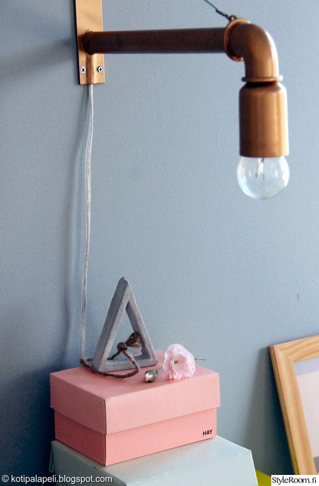 """""""Kotipalapeli"""":n spraymaalilla tuunaama lamppu valaisee alla olevaa yöpöydän asetelmaa.  #styleroom #inspiroivakoti #valaisin"""