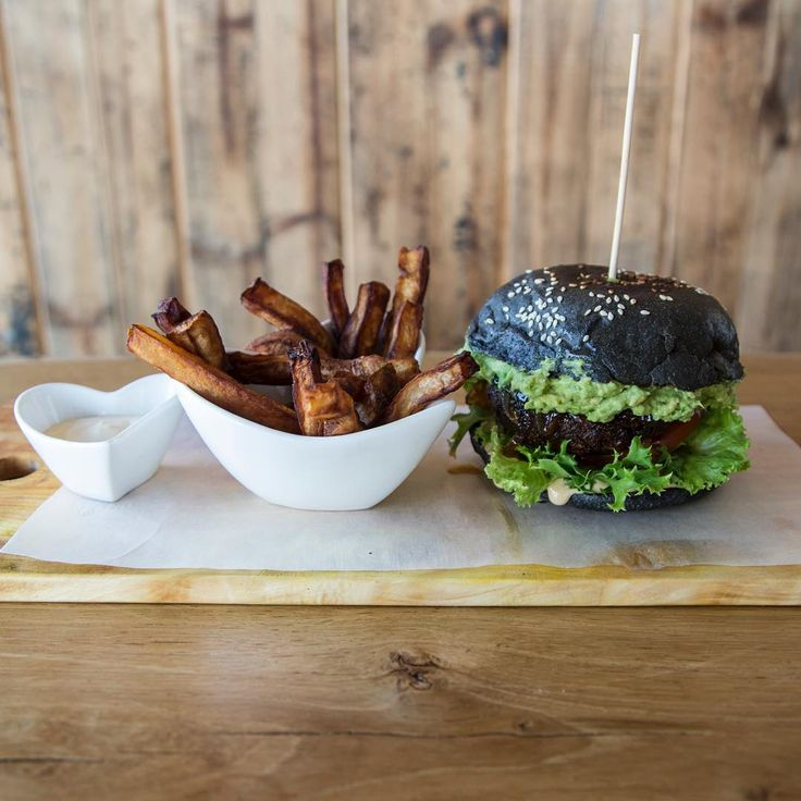 Scheckter's Raw was created in the spirit of giving and sharing healthy food. The strategy is working very well as people are spreading images of their fluffy green matcha pancakes, the raw zucchini pasta or the black vegan burger.