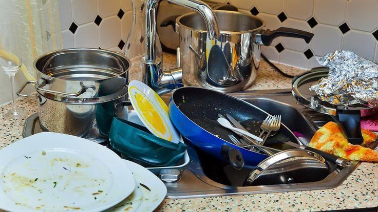 Sotkuinen ihminen keskittyy tiskien sijasta tärkeämpiin työtehtäviin. Copyright: Colourbox.com. Kuva: Erwin Wodicka.