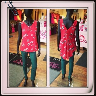 Perfect for summer, green jeans and red top with flower print! Gorgeous!