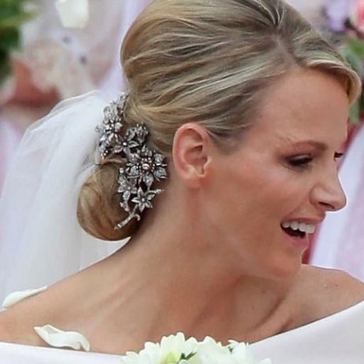 La bellissima spilla che adornava la pettinatura di Charlene appartiene a Caroline ed è un gioiello del diciannovesimo secolo, ed è stata prestata alla cognata per le nozze.
