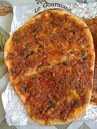 La meilleure recette de Lahmacun : pizza turque! L'essayer, c'est l'adopter! 4.6/5 (10 votes), 13 Commentaires. Ingrédients: Liste des ingrédients pour la pâte :      500g de farine     20g de levure     30 cl d'eau tiède     15 cl de lait tiède     1/4 de cuillère à café de sucre     1/2 de c.c de sel   Liste des ingrédients pour la garniture :       4 oignons nouveaux     1 grosse tomate     2 piments doux allongés     2 bouquets de persil plat     250g de hachis de boeuf     1 pincée de…