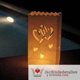 Bolsa papel luminaria corazones para espacios abiertos. Si la boda es de tarde noche, estás bolsas luminarias quedarán muy bien, por ejemplo repartidas por un jardín, al lado de una piscina. Crearás un ambiente muy espacial. #bodas #decoracionbodas