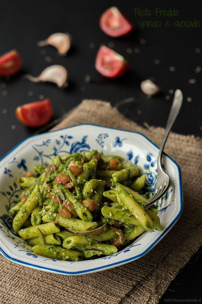 pasta fredda con pesto di spinaci e avocado, senza olio, con semi di sesamo, cipolle rosse e cubetti di pomodoro