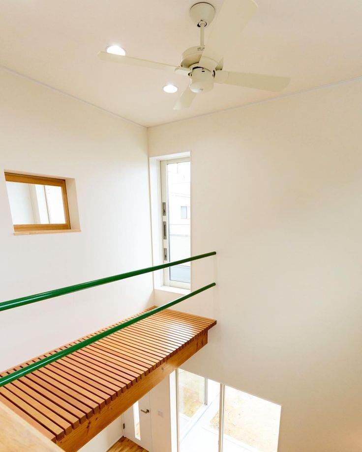 狭小地で 光を1階に導くため階段吹抜けに面している 2階廊下の床を