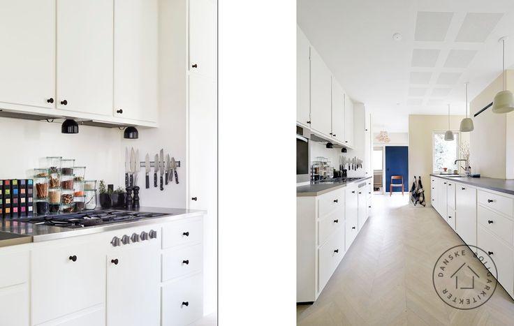Køkkenet i denne totalrenoverede 1950'er villa er et klassisk forramme-køkken, som til forveksling ligner det originale, der desværre var for slidt og medtaget til genbrug. Arkitekt maa Anders Barslund/Danske BoligArkitekter.