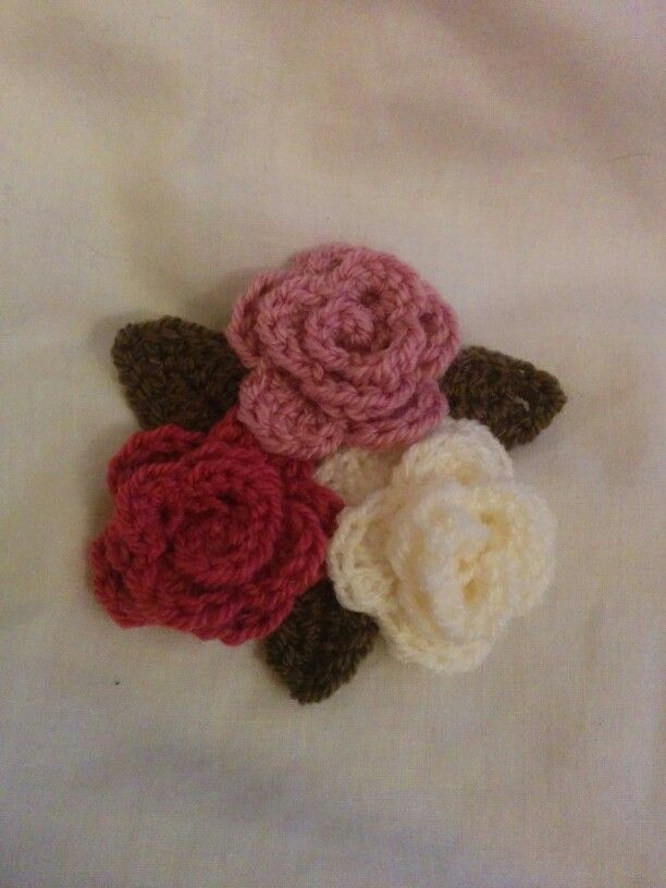 Simple crochet roses and leaves
