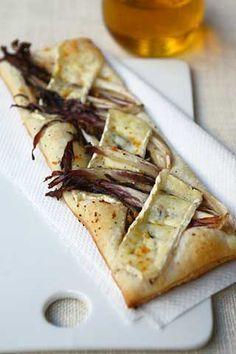 Crostatine di sfoglia con radicchio, brie e polvere di arancia http://www.cavolettodibruxelles.it/2008/02/crostatine-fast-con-radicchio-e-brie