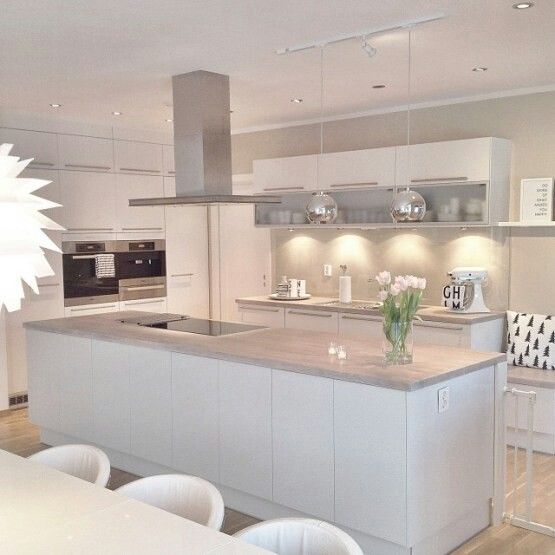 Cocina perfecta blanca con encimera gris muy claro paredes color arena