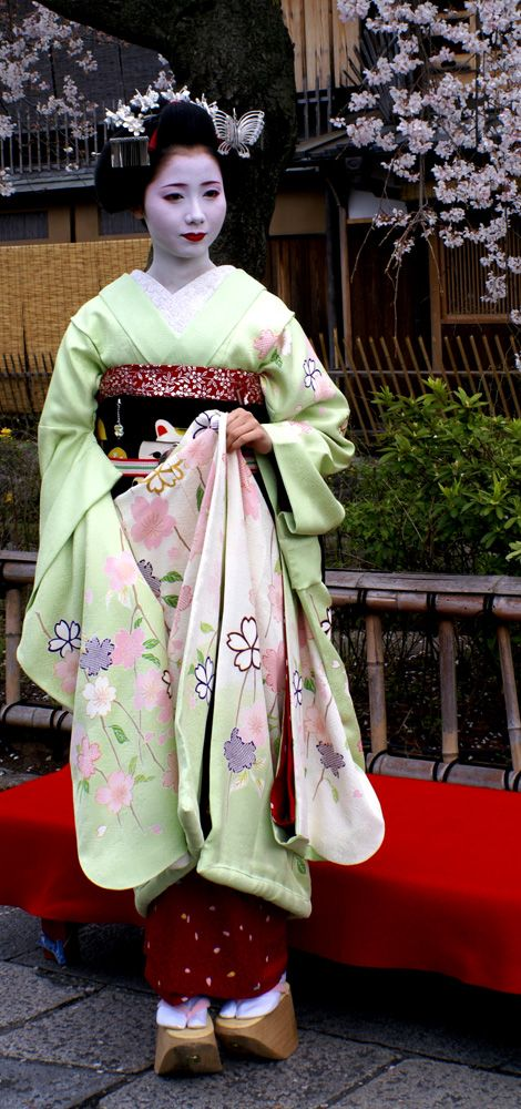 I love her kimono! Her whole ensemble, and especially the woman herself, are gorgeous!