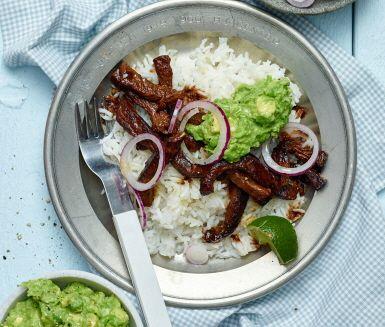 Strimla köttet och krydda med sojasås, paprikapulver och spiskummin. Stek det snabbt och servera med fluffigt ris och en underbart krämig guacamole gjord på gröna ärtor, avokado, lime och vitlök. Detta är vad man kan kalla en fusionrätt som hittat sin inspiration från både när och fjärran. Smaklig måltid!