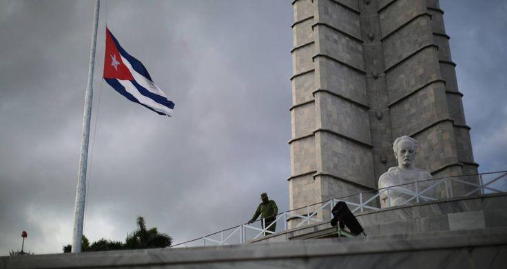 Bandeira cubana a meio mastro na Praça da Revolução, em Havana.