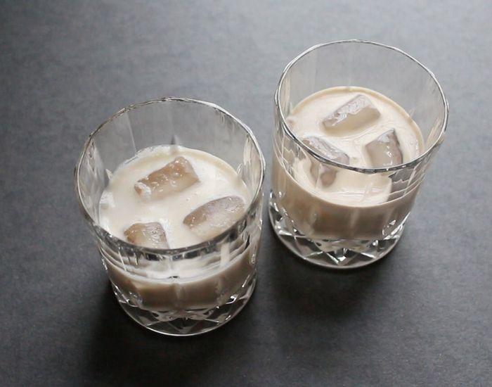 Hva er det som kaldt, kremet og fløyelsmykt? Smaker litt kaffe, med en anelse av sprit? Det er Baileys - og slik lager du den hjemme!
