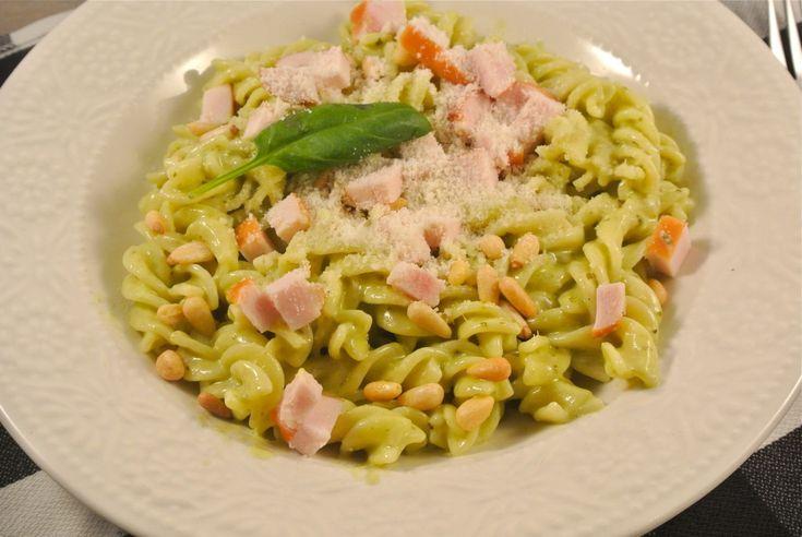 Romige pasta met gerookte kip (2 personen): 150 gram pasta - 250 ml kookroom - 3 eetlepels pesto - 1 gerookte kipfilet - pijnboompitten - eventueel geraspte parmezaanse kaas