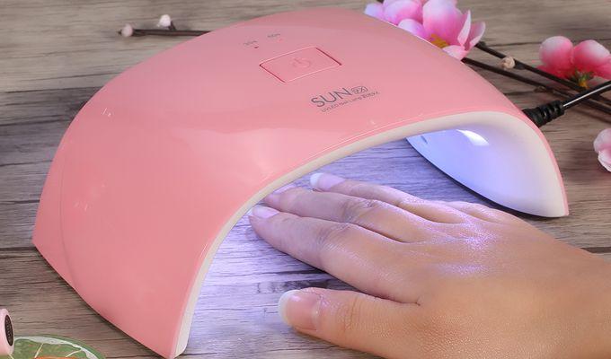 Lampa UV reprezintă un accesoriu deosebit de util pentru aplicarea lacurilor de unghii de tip gel. Vezi care sunt cele mai bune lămpi UV pentru manichiură..