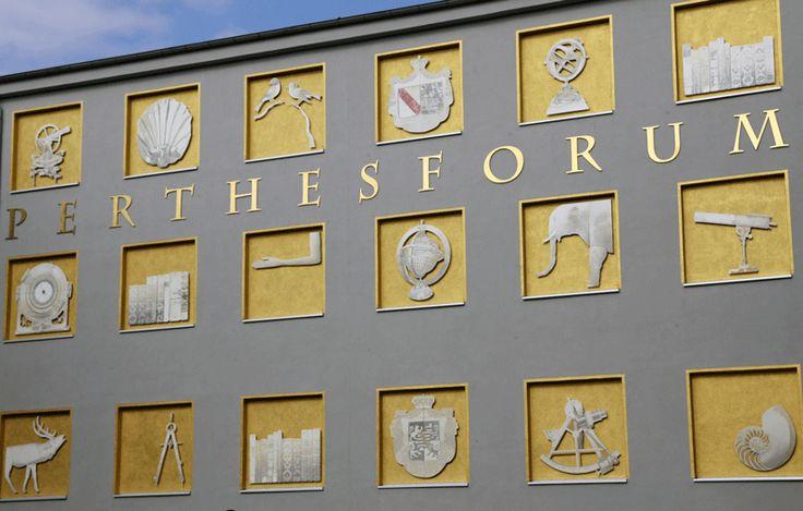 Die künstlerisch gestaltete Fassade des Perthesforums Gotha.