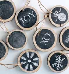 These DIY log slice chalkboard ornaments make beautiful Christmas tree decorations, gift embellishments, place card holders and more! #DIYornaments #handmadeChristmas