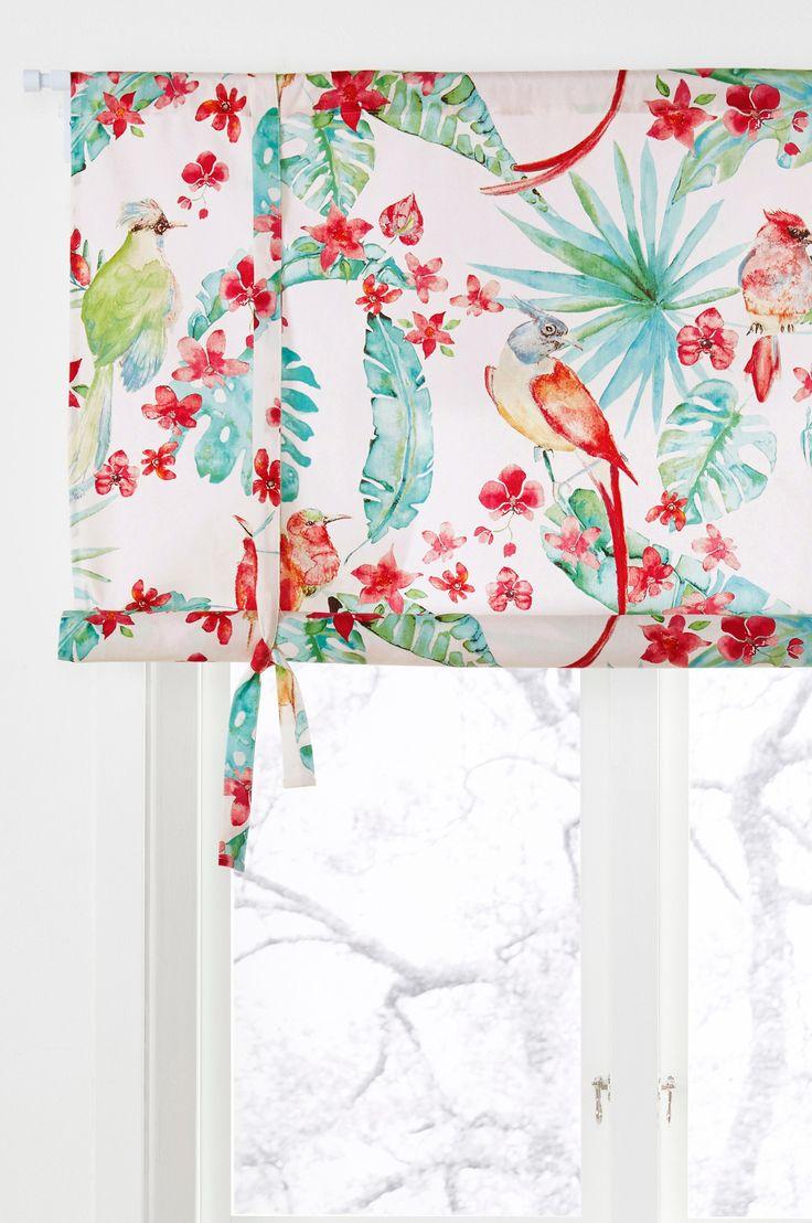 Mukavaa Hawaiji-tunnelmaa, palmuja, eksoottisia lintuja ja kesäaurinkoa. Laskosverho tuo mieleen trooppisen tuulenhenkäyksen. Materiaali: 100% puuvillaa. Koko: Enimmäiskorkeus 90 cm. Ilmoita koko kun tilaat. Kuvaus: Rullautuva laskosverho puolipanamaa. Painettu kuvio. Ripustetaan verhotankoon. Korkeutta säädetään solmimisnauhoilla. Hoito-ohje: Pesu 40°. Kutistuu enintään 5%. Vinkki: Pujota kevyt tanko verhon alareunan kujaan, niin alareuna pysyy suorana ja verhoa on helpompi rullata.