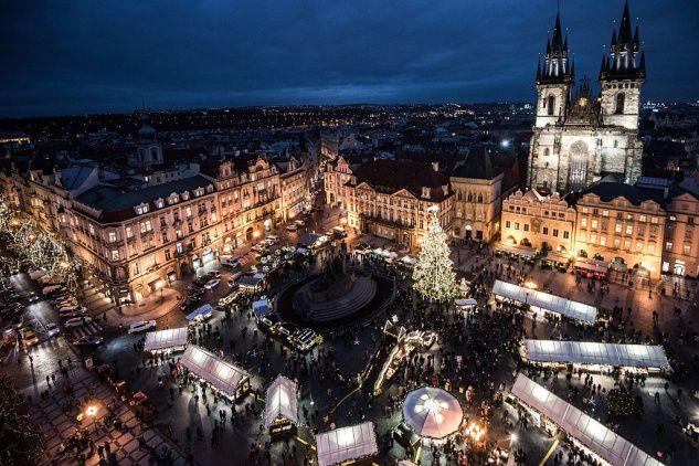K období adventu už neodmyslitelně patří návštěva adventních trhů, kde si můžete nejen nakoupit různé ozdoby či dárky od lokálních výrobců, ale také si pochutnat na dobrém svařeném víně, punči či místních specialitách. Vybrali jsme trojici českých měst, v nichž jsou podle nás vánoční trhy ty nejkrásnější.
