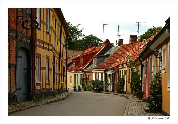 H.C. Andersen. Aan de Zuid Zweedse kust bevindt zich het pittoreske havenstadje Ystad. Hier zijn nog veel straatje met de zogenaamde Hans Christiaan Andersen huisjes te vinden. (Sweden)