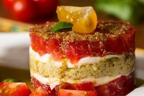 Un tartare de tomates et mozzarella en mille-feuille au pesto, une entrée rafraichissante pour un beau repas estival aux saveurs italiennes.
