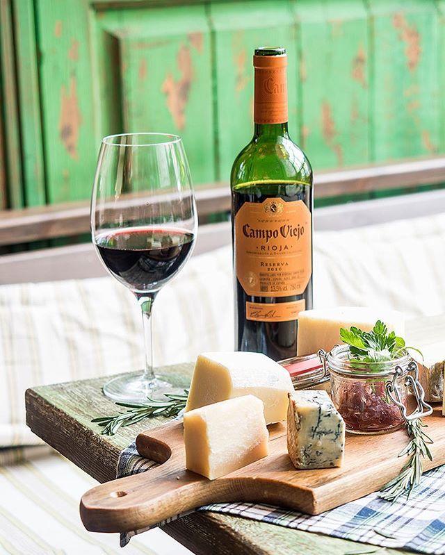 Вино - лучший реквизит к еде. Не знаешь, чем оживить кадр - добавь вино! Это истинный символ изыска. Мне нравится Campo Viejo за отличный вкус и яркую стильную упаковку!  А вы любите вино?  Какие сочетания вина и еды вам нравятся больше всего?  . И еще, друзья, выкладывайте фотографии своей любимой еды с хештегами #CampoViejo и #FoodArt и выигрывайте призы! (подробнее на foodart.eda.ru)! #foodphoto_dariaboronina