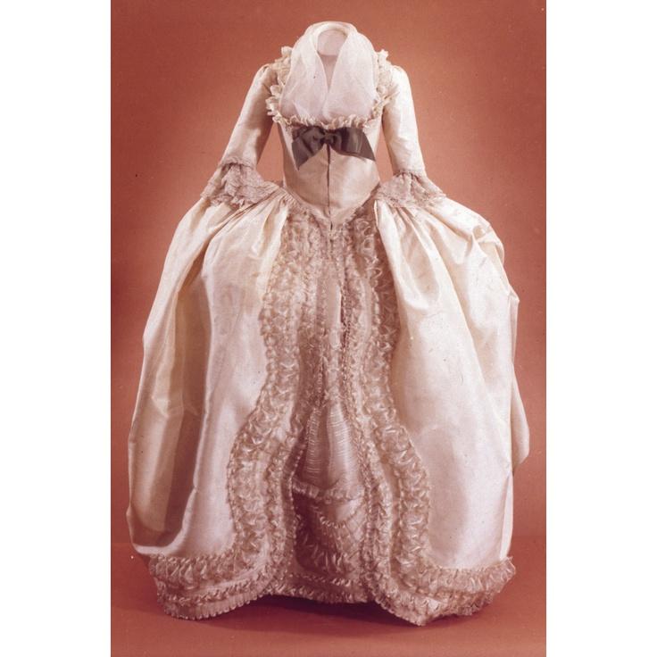 1780-89 Gown, cream lustring, gauze trim, CW