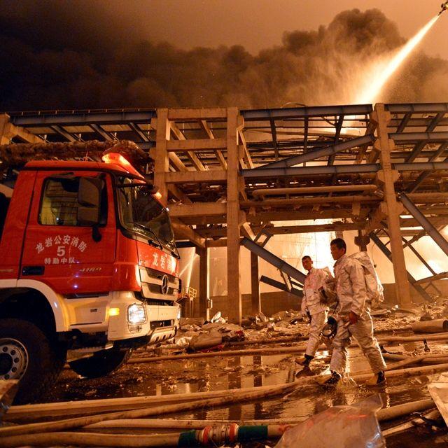 Vigili del fuoco al lavoro per spegnere l'incendio nell'impianto chimico di Zhangzhou