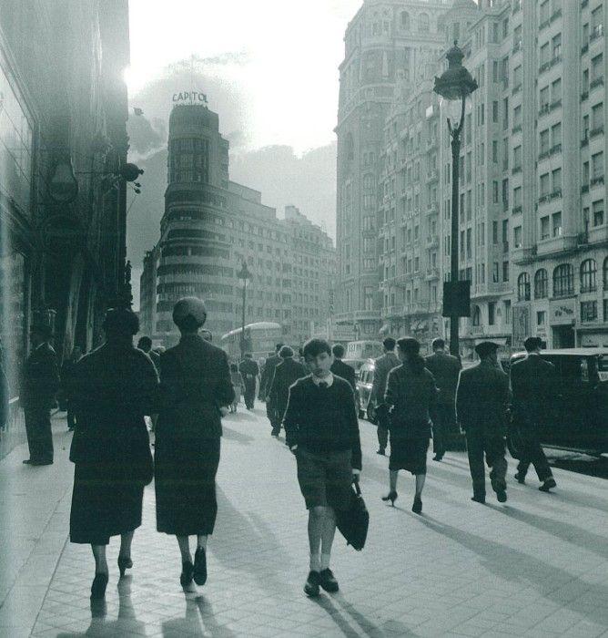 'Gran Vía', Madrid, 1955 / photo by Cas Oorthuys