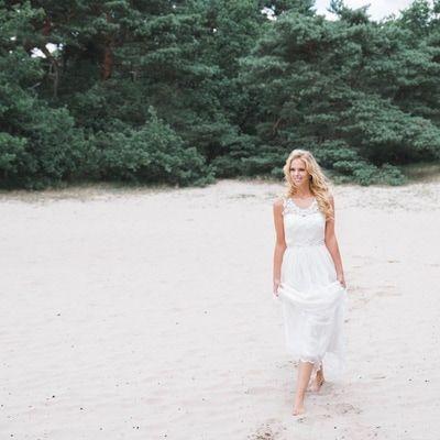 Trouwjurk vintage kant bruid op blote voeten in het zand
