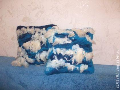 Интерьерная подушка из войлока `В облаках`. Что такое домашний уют? Это что-то неуловимое, атмосфера и настроение, которое заставляет нас хотеть вернуться в этот дом. Это интерьер со множеством мелочей, которые в целом составляют одну единую целостную композицию!