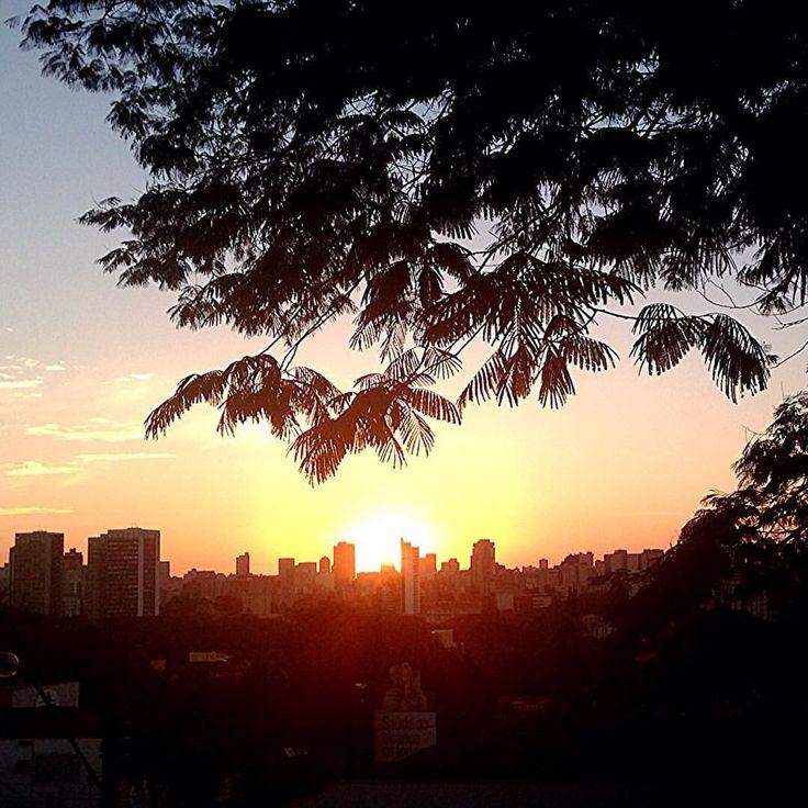 Não importa onde seja o Pôr do Sol. Importa você parar alguns minutos e observar. Sentir a energia dessa natureza linda. Faz um bem danado! #pordosol #curitiba #fotografia #energia #natureza #vida (em caixa d'agua alto da xv)