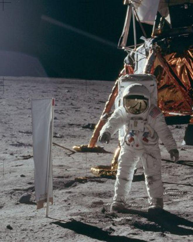 La NASA publicó 9.000 fotos inéditas de las misiones Apolo. Las imágenes están disponibles en una cuenta en Flickr en resolución de 1.800 ppp y están ordenadas según el rollo de película con la que fueron tomadas. http://www.argnoticias.com/sociedad/item/38428-la-nasa-public%C3%B3-9-000-fotos-in%C3%A9ditas-de-las-misiones-apolo