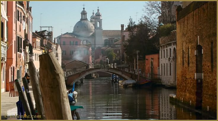 Le pont Trevisan, sur le rio dei Ognissanti, au fond, les coupoles de l'église Santa Maria del Rosario Gesuati, dans le Sestier du Dorsoduro à Venise.