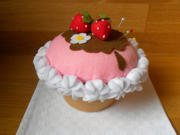 """Puntaspilli-portacucito """"Cupcake"""". Riciclo creativo contenitore di plastica"""