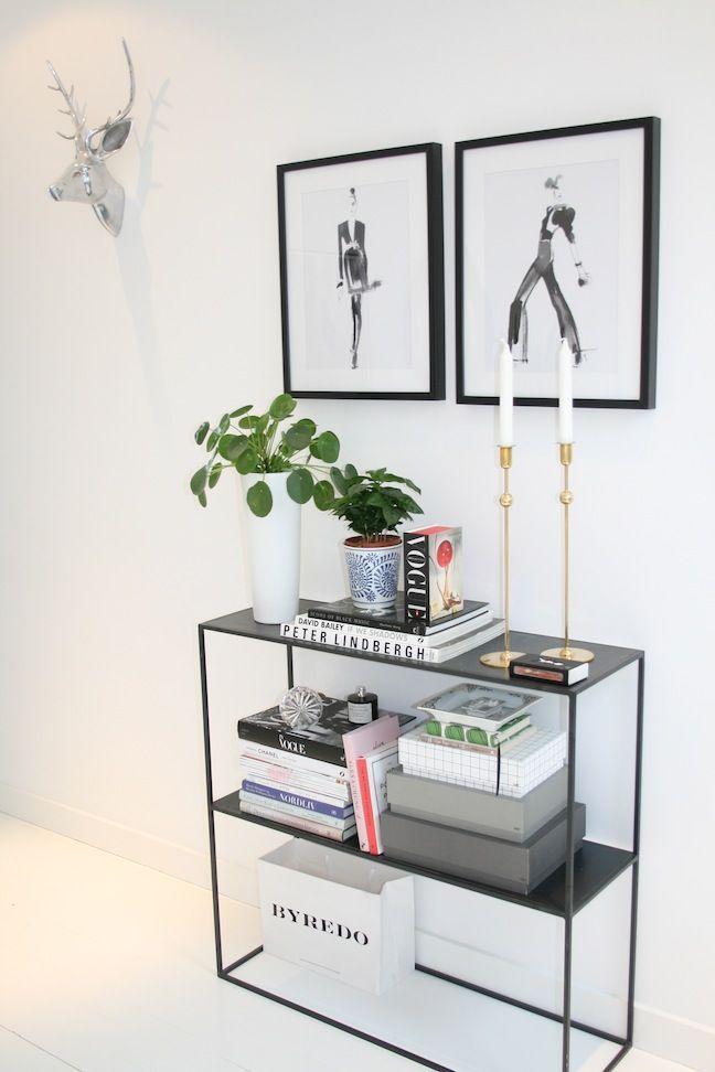 Modern House Design & Architecture : Decoração preto e branca . Os quadrinhos  o vaso de plantas deram charme ao a