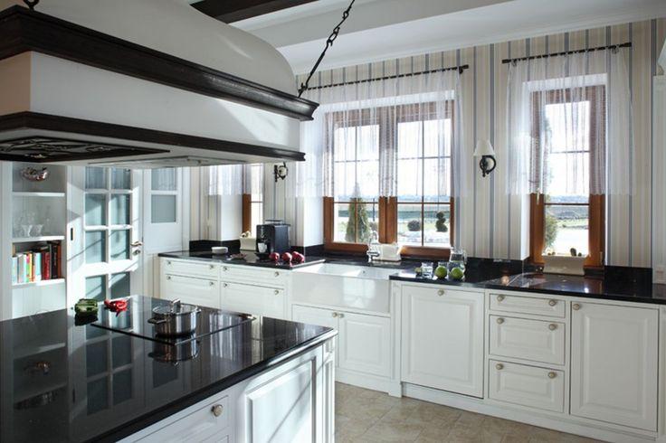 Centrum dużej, zaaranżowanej w klasycznym angielskim stylu kuchni jest wyspa. To ona jest sercem tego pomieszczenia – połączona z brakiem śniadaniowym stanowi ośrodek przyrządzania posiłków.  Projekt Maciej Bołtruczyk. Fot. Monika Filipiuk-Obałek.