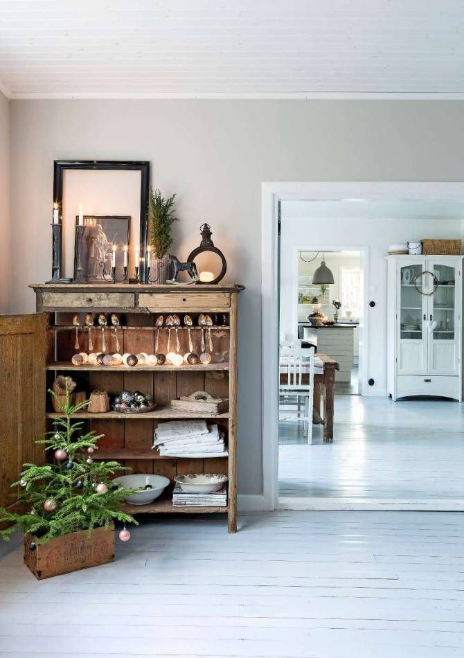 KLASSISK JUL PÅ KRÅKHULT: Den gamla skänken i TV-rummet skapar trivsel med mysig belysning och levande ljus. I bakgrunden matrum och kök | Lantliv