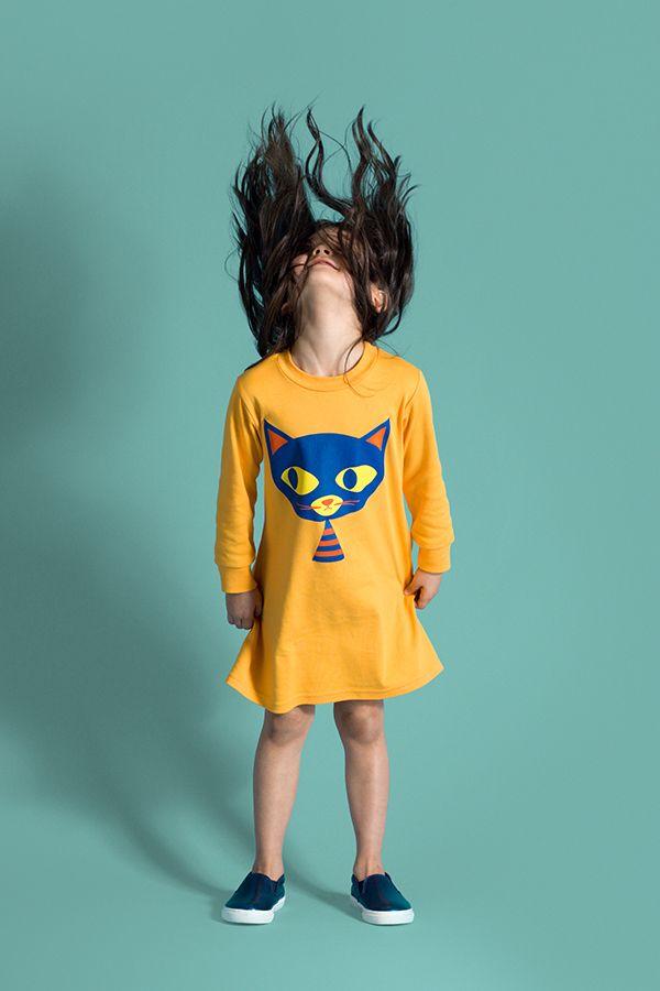 LOUVEA - SUKIENKA DUCIE THE CAT - Połączyć wyobraźnię, humor, kolor i wygodę – nie lada wyzwanie, ale nie dla marki Louvea, która wie, jak zdobyć serca dzieci. Spójrzcie tylko na tę wykonaną z wysokogatunkowej bawełny bursztynową sukienkę – sama wygoda, a zadziorny i tajemniczy kot będzie idealnym towarzyszem podczas podwórkowych zabaw. Na długi rękaw, ze ściągaczami w rękawach i przy dekolcie. 100% bawełna czesana ring spun.