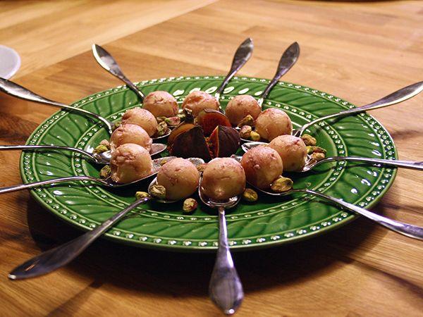 Enkelt men gott tilltugg till glögg. Endast tre ingredienser behövs - cheddarost, portvin och pistagenötter.