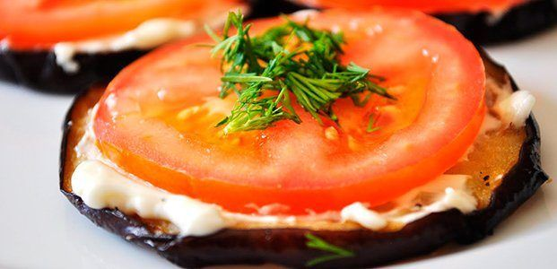 Баклажан – это не овощ, как кажется многим, а ягода. Для приготовления используют небольшие молодые плоды. В России баклажаны распробовали в начале 17-го века. Ягоды завезли с Востокпоа в южные районы страны.