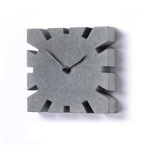 Orologio da tavolo grigio scuro con lancette nere