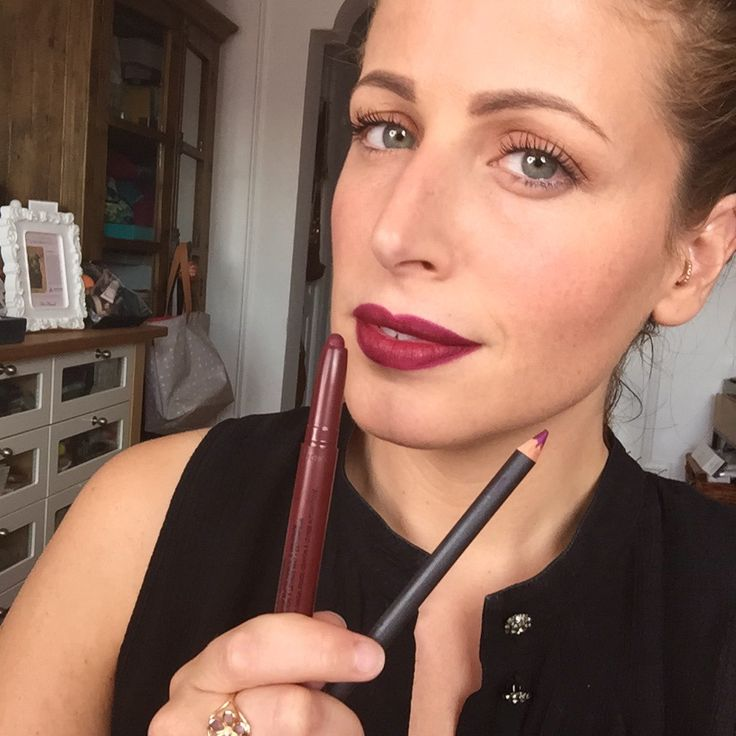 """Lip Studio Color Blur Maybelline 35 (9 dollari) + matita MAC Magenta (euro 16) (""""Al contrario di come faccio di solito, applico prima il rossetto (in questo caso un matitone opaco, mi piace molto!) e solo dopo la matita, perché voglio che il colore più chiaro di quest'ultima si veda bene e non che venga coperto. Questo mi permette di dare quasi più luce al contorno labbra, soprattutto di sera. ... questo tipo di prodotti opachi durano tantissimo e si possono usare anche da soli."""") #makeup"""