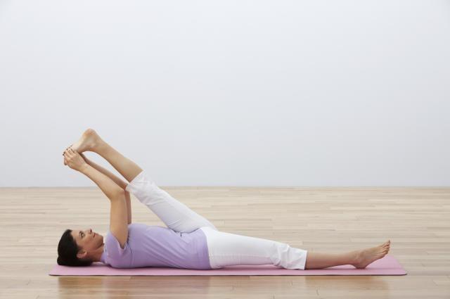Esta postura es magnífica para tratar y prevenir el dolor de espalda baja. Además, como estira los tendones de la corva, las pantorrillas, la parte interior de los muslos y abre las caderas, es muy recomendada para corredores. Aumenta nuestra capacidad de fluir y soltar.