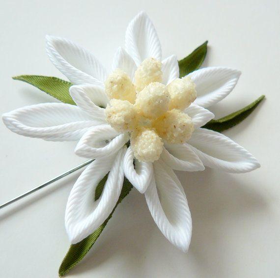Prendedor de flor de los hombres. Broche de la flor de edelweiss austríaco. Pin de solapa Flor Kanzashi. Prendedor de flor en el ojal. Ramo de Novia de Edelweiss. por JuLVa