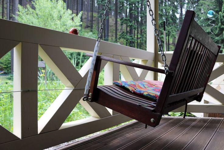 Schaukel auf der Terrasse. Entspannen im Urlaub mit Hund in den Ferienhäusern Steintal Geraberg