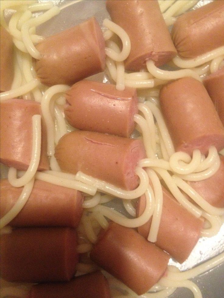 Salsichas com Esparguete - Uma refeição bastante simples de fazer, basta ter uma lata de 8 salsichas um pouco de esparguete.