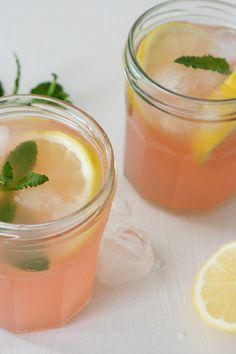 Einfacher und erfrischender Rhabarber-Eistee mit Zitrone und Minze.