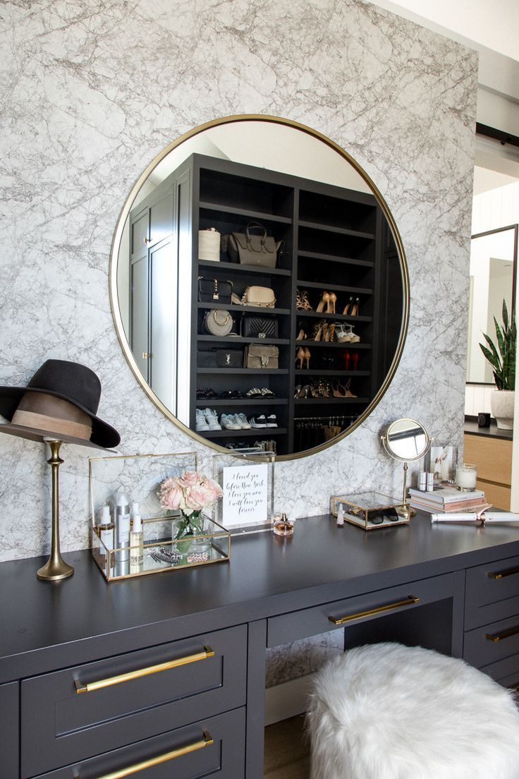 Makeup Vanity Inspiration, Makeup Vanity mit großem Rundspiegel und dunklen Kabinen